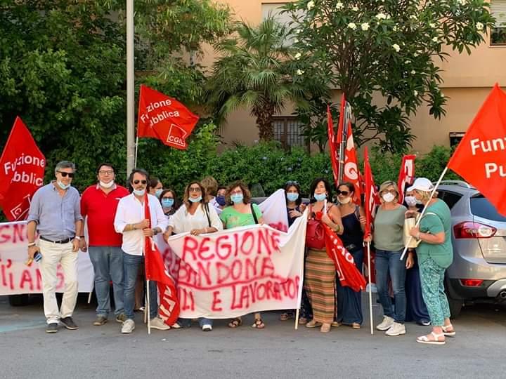 Assistenza sanitaria agli alunni con disabilità, in Sicilia a rischio 2000 posti di lavoro: sit-in di protesta e incontro con l'assessore Scavone